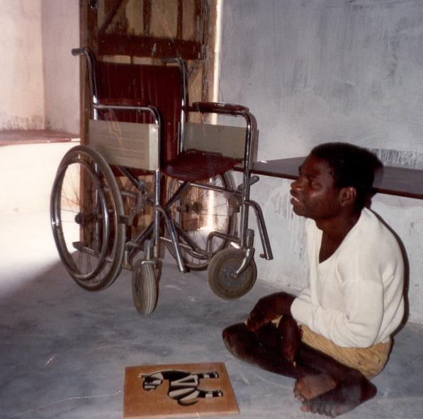 jongen bij rolstoel